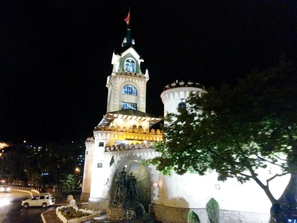 Noche puerta de la ciudad Loja