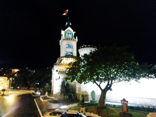 Puerta de la ciudad en la noche